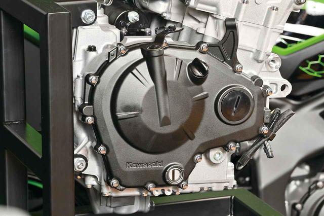 画像: この4気筒エンジンは3分割式。クラッチはアシスト&スリッパータイプの採用が決まっている。レリーズ付きなのでワイヤー式だ。