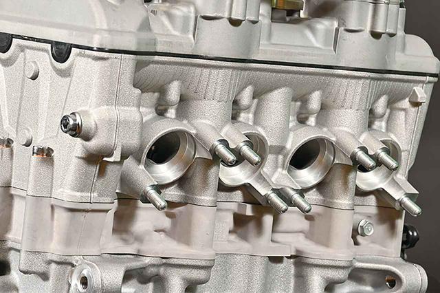 画像: エキパイを接続する排気ポートが大きめなことに注目。これはエキパイが太いことを示しており、高回転型の証なのだ。