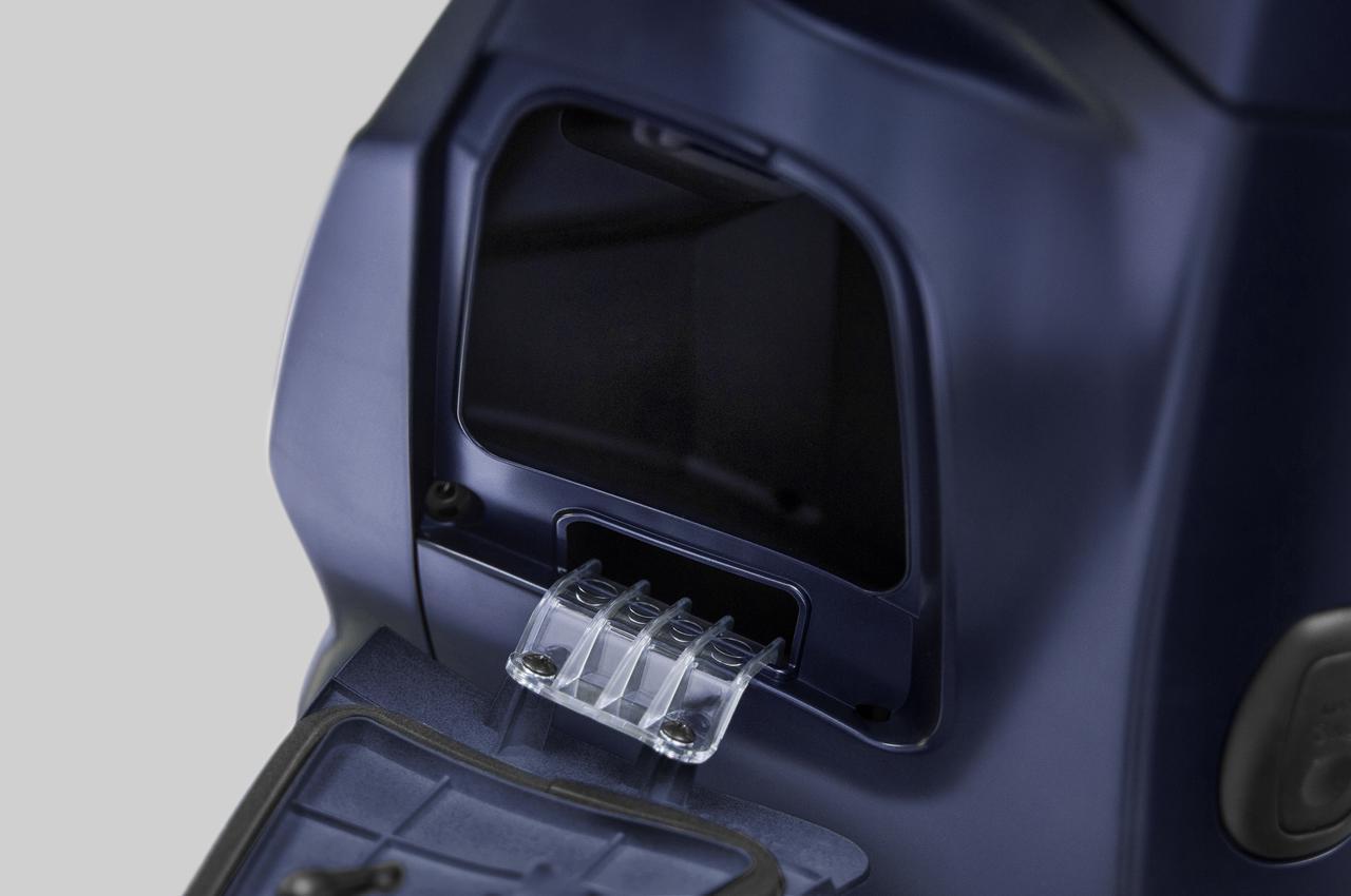 画像: レッグシールドの左箇所にはインナーポケットが備わり、使わないときにはスマートに収納できる荷掛けフックも付いています。