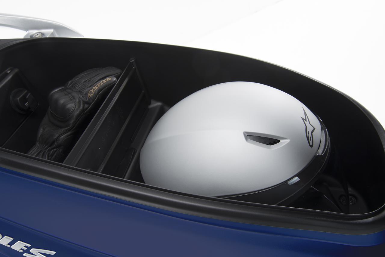 画像: メインスイッチの操作でオープン可能なシート下収納スペースはフルフェイスタイプのヘルメットが収納可能なメインスペースと着脱可能なプレートで仕切られた⼩物⽤スペースを備えています。