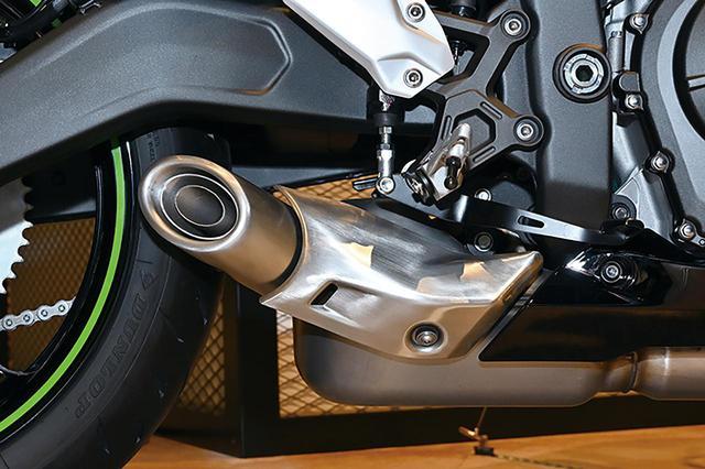 画像: ステンレス製と思しきマフラーはエンジン下にサブチャンバー型のサイレンサーをレイアウトする方式。マフラー自体非常に小さい。