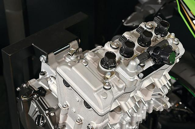 画像: カムチェーンはエンジン右側としたサイド配置。サイドカムチェーンはGPz900R以来、カワサキの人気モデルに採用されてきた方式だ。