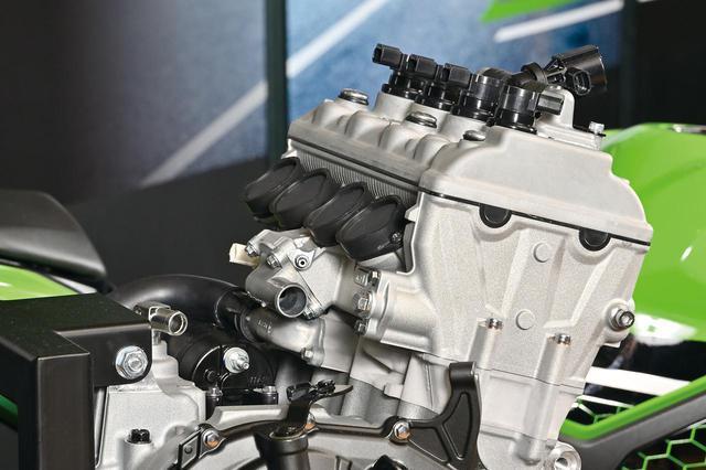 画像: サイドカムチェーンのメリットはフリクションロスの低減と排気レイアウトの自由度の高さ。高出力エンジンの定番レイアウトだ。