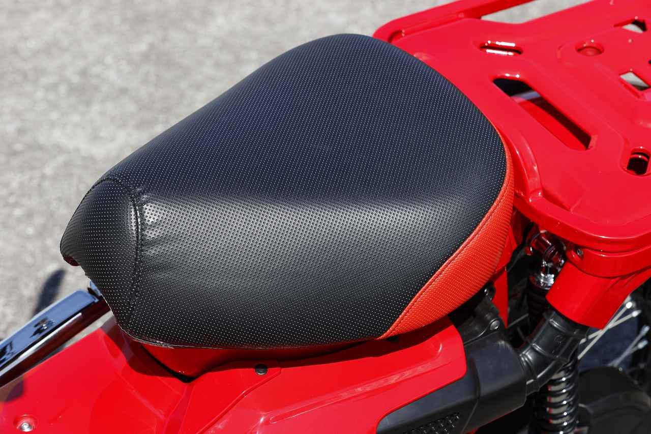 画像: カスタムシート!と思いきや、これは「クッションシートカバー」という製品。つまりノーマルのシートにかぶせるだけで、簡単に個性を出すことができます。税別3,800円。