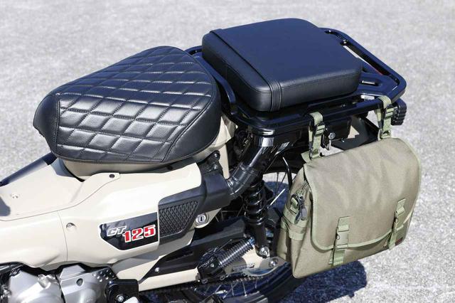 画像: マフラーの備わっていない車体左側には比較的簡単にサイドバッグを装着できます(デイトナ製)。 さらにリアキャリアには、SP武川の「ピリオンシート」(税別7,200円)をすると快適なタンデムが楽しめるでしょう。 ライダー側のシートには、SP武川のクッションシートカバー(ダイヤモンドステッチ/ブラック)税別4,800円が装着されています。一気に大人っぽい印象になりますね。