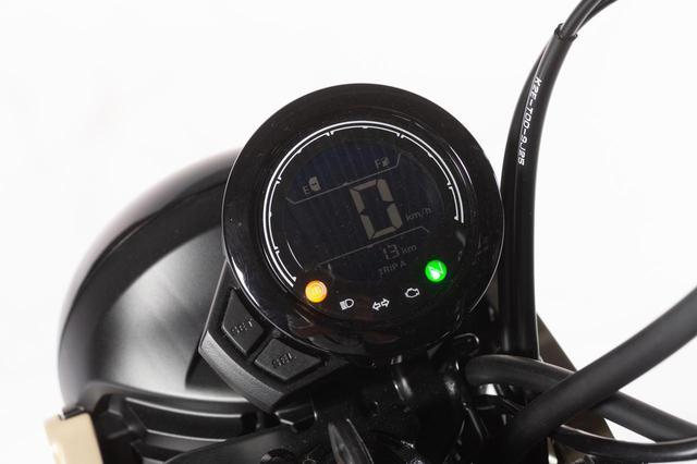 画像: デジタルメーターは反転液晶タイプ。