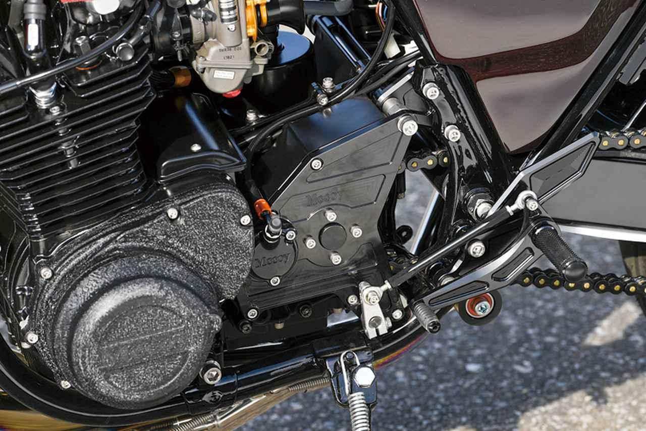 画像: 190サイズタイヤを履くべく、外側に23mmオフセットしたフロントスプロケットを外側からも支持する、オフセットスプロケットアウトボードキットも装備している。