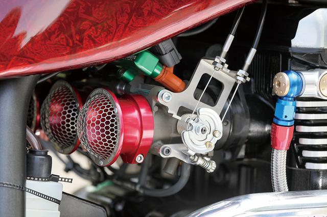 画像: 吸気系はφ[純正サイズ:34→]46mmボアのヤマモトレーシング製ビッグスロットルキットに換わるが、そのための燃調をサブコンピュータのラピッドバイクとそのオプション車載チューニングユニット、マイチューニングバイクで調整している。