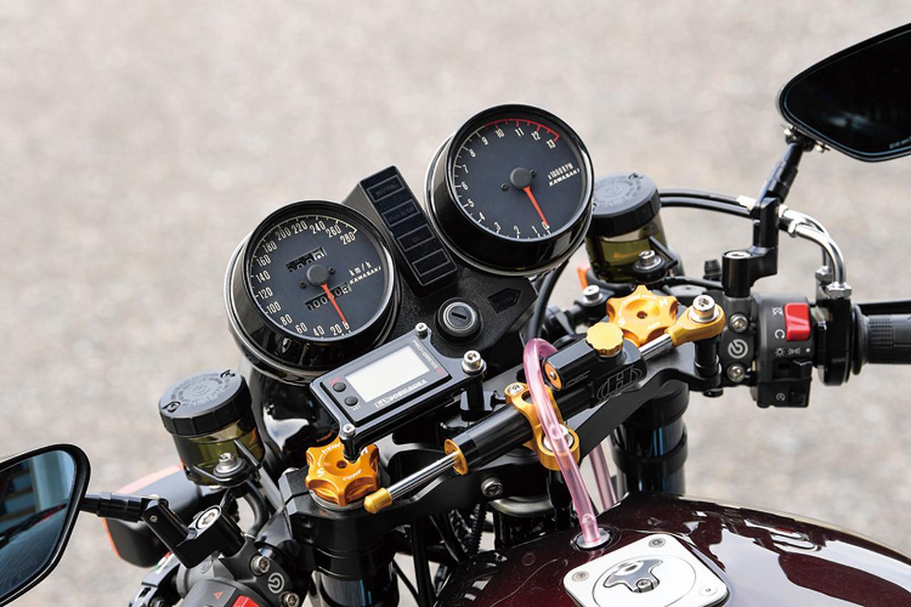 画像: ブルドック・オリジナルのMccoyブランドでラインナップされるステアリングステム(オフセット50→35mm/可変)にZのオリジナルメーター、セパレートハンドルをマウントする。左右マスターはブレンボRCSだ。
