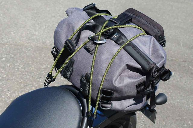 画像: 積んだバッグは TTPL「ツーリングバッグ touring25」 (税込12,639円)。見た目もかっこいいし、何より防水仕様というのがいい。リュックのように背負うこともできます。最近はこればかり使っています。 ※このバッグには取り付けベルトが付属していますが、あえて今回はストレッチコードで積んでいます。 mm-style.jp