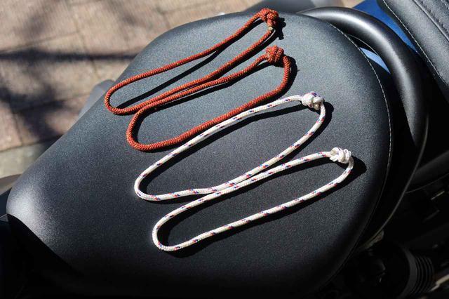 画像: ロープを適当な長さに切って作った輪っか。この「魔法のループ」があれば、だいたいのバイクに荷掛フックを増設することができるのです。ロープはホームセンターやアウトドアショップでも手に入ります。ちなみに、パラシュートコードも使ったこともありますが、意外と摩擦に弱かったのでいまは使っていません。