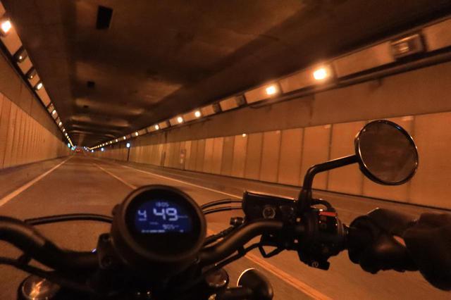 画像: トンネルも走って~