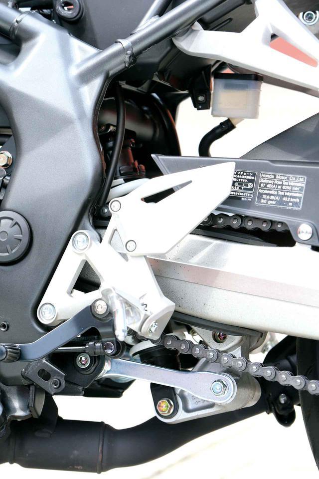 画像: リアサスは「プロリンク」と呼ばれるリンク式を採用。サスペンションユニットには5段階のプリロードアジャストを備える。