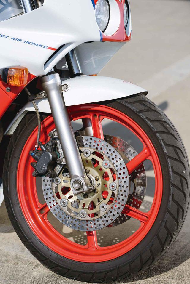 画像: 正立フォークはストローク量によってリアルタイムに減衰力が変化するダンパー機構を採用。タイヤは前後ともラジアルが標準。