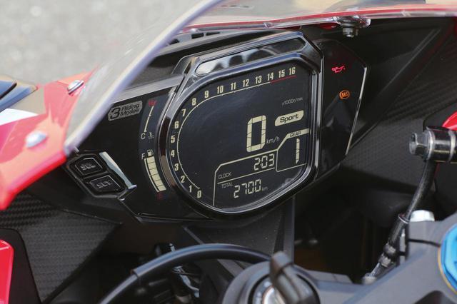 画像: 反転表示液晶を使ったデジタルメーターはバーグラフ式タコメーターを採用。