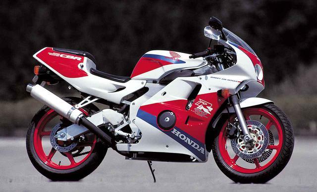 画像: Honda CBR250RR(1990年) [全長×全幅×全高]1975×675×1080㎜ [ホイールベース]1345㎜ [シート高]735㎜ [最低地上高]130㎜ [車両重量]157㎏ [エンジン形式]水冷4ストDOHC4バルブ並列4気筒 [総排気量]249㏄ [ボア×ストローク]48.5×33.8㎜ [圧縮比]11.5 [最高出力]45PS/15000rpm [最大トルク]2.5㎏-m/12000rpm [燃料供給方式]VP20キャブレター [燃料タンク容量]13L [キャスター角/トレール]24度/89㎜ [変速機形式]6速リターン [ブレーキ形式 前・後]ダブルディスク・ディスク [タイヤサイズ 前・後]110/70R17・140/60R17