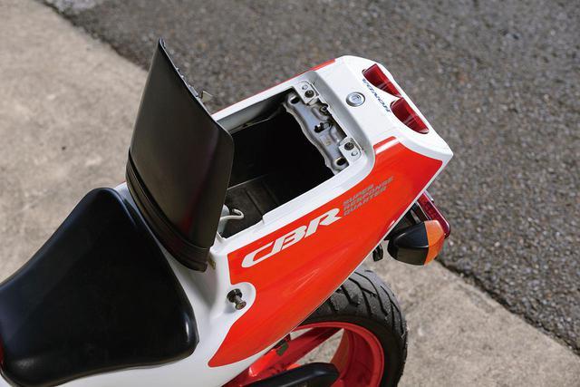 画像: リアシートはヒンジを使った開閉式。テールカウル内の容量は5.5Lで実用性が高い。