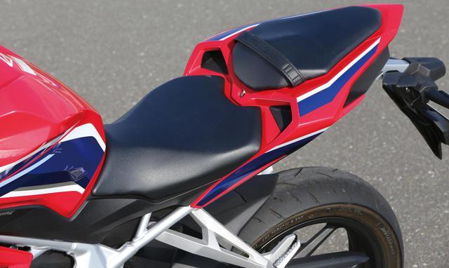 画像: 前後端を絞り込んだデザインのシートは広い座面が特徴。クッションは薄めだ。