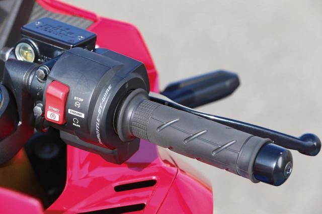画像: クラス初となるスロットル・バイ・ワイヤを採用。パワーモードも3種類備える。