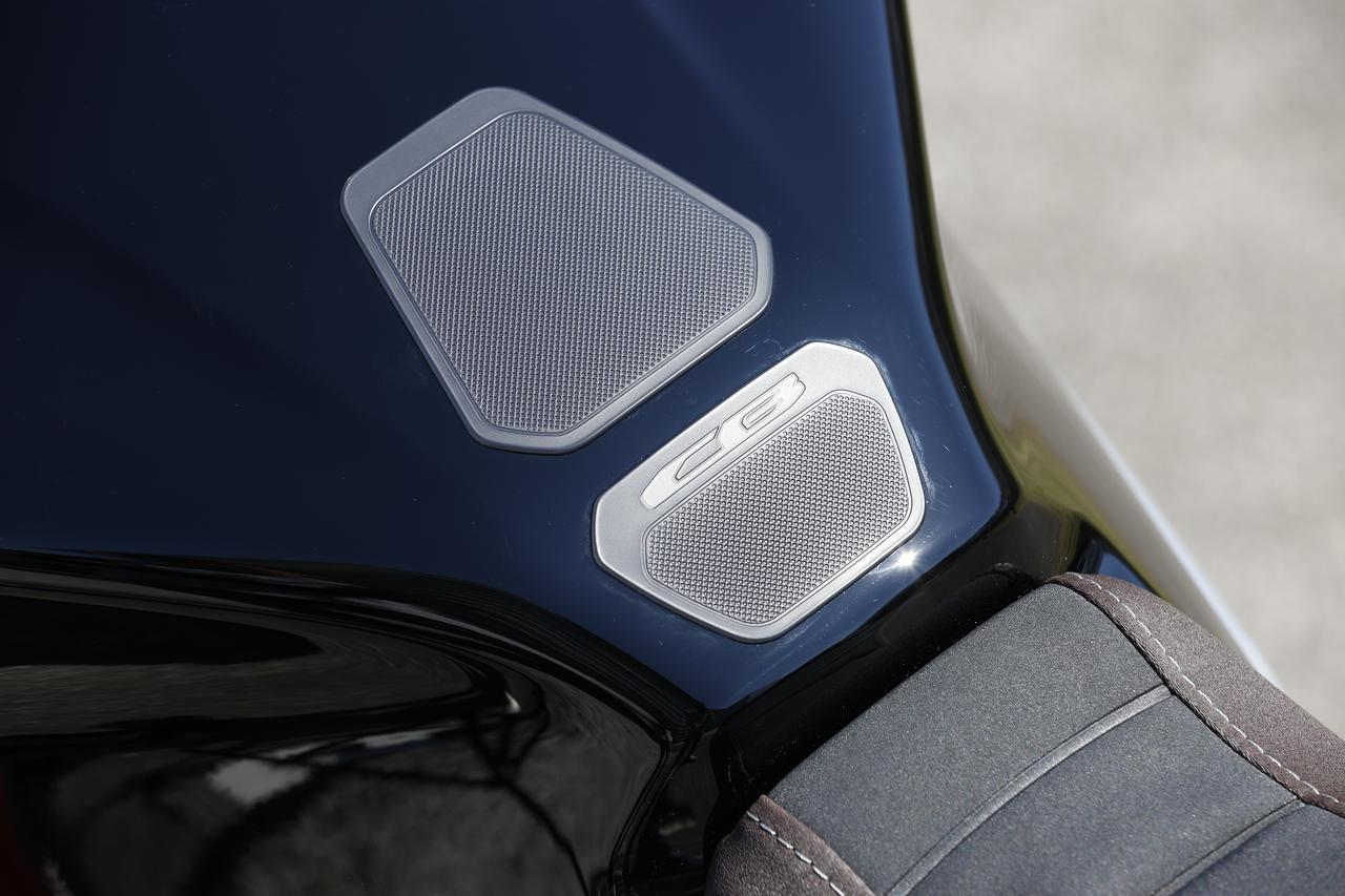 画像: CBのロゴが入ったシンプルなデザインのタンクパッドはホンダの純正用品。価格は税込で3300円とリーズナブル。