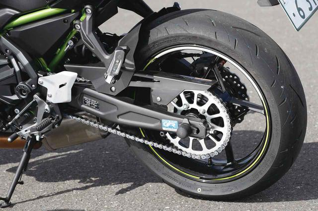 画像: ショックユニット、スイングアームも従来型と同様の構造。フロント同様、タイヤはダンロップのロードスポーツ2を採用。