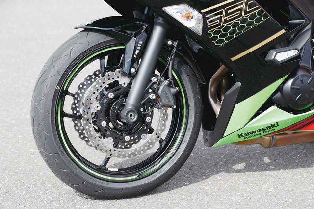 画像: しなやかな乗り味を生むフロントサスペンションは基本的に従来のものを引き継ぐ。タイヤはダンロップのロードスポーツ2。