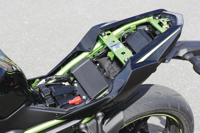 画像: シートはこのように前後とも簡単に外せる構造。タンデムシートの下にはETC車載器も標準で搭載されている。