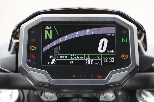 画像: メーター自体はニンジャ650と共通。4.3インチのカラーTFTで、ツイントリップや燃費計も備えた多機能ユニットだ。