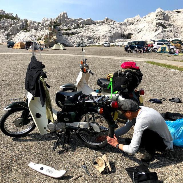 画像: 和歌山キャンプツーリングでチェーンを張るY氏。テンパってたので荷物散らかしてすいません。 www.autoby.jp