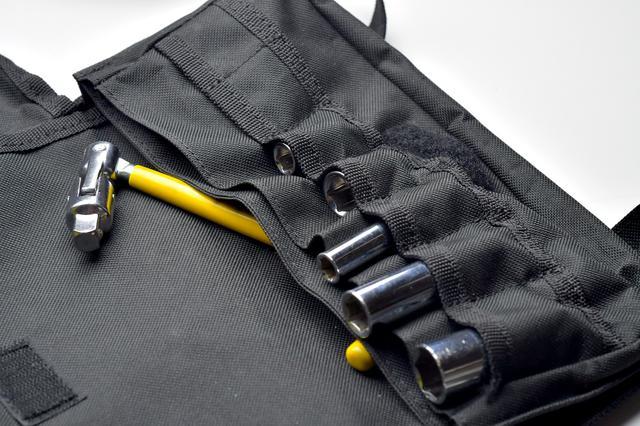 画像: これはKTCのツールバッグ。仕切りで2室に分かれていて、KTCらしくソケット差し付。面ファスナーで閉じる構造。