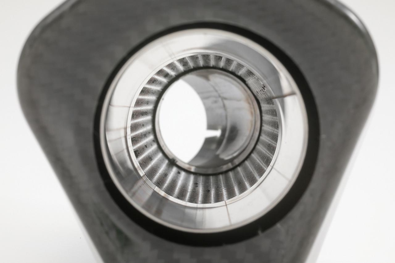 画像: サイレンサー内部を覗き込む。見ての通り、排気効率のいいストレート構造が採用されているのが分かる。