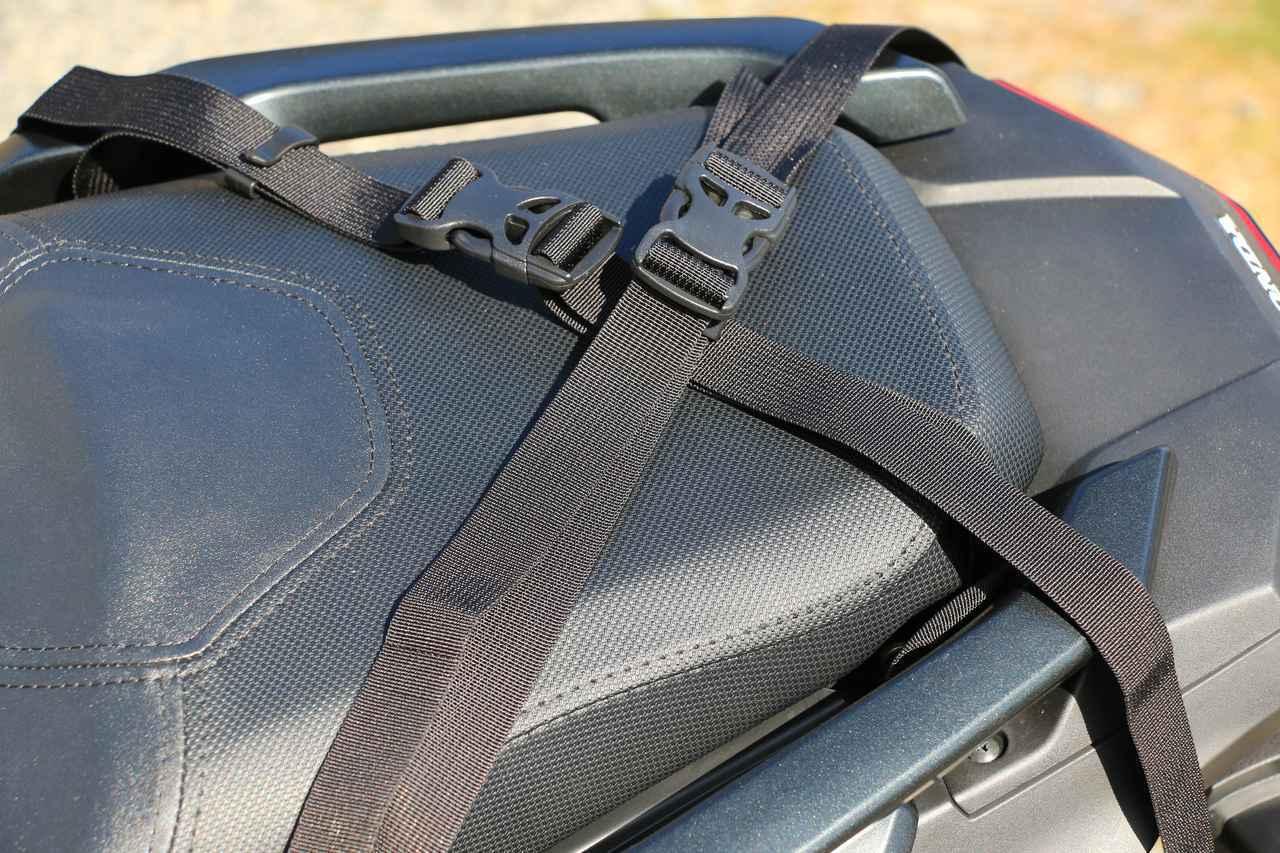 画像: バッグを外した後に留めておくこともできます。