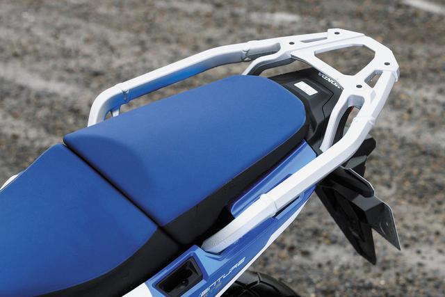 画像: 軽量なアルミ製リアキャリアは、タンデムシート座面に合わせフラット化されたデザイン。