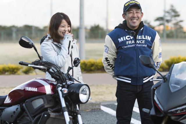 画像: 元WGPライダーの岡田忠之さん(右)と、元アイドルの平嶋夏海ちゃん(左)。2人がそれぞれのバイクにミシュランの「パワー5」を装着しツーリングを楽しんだ。