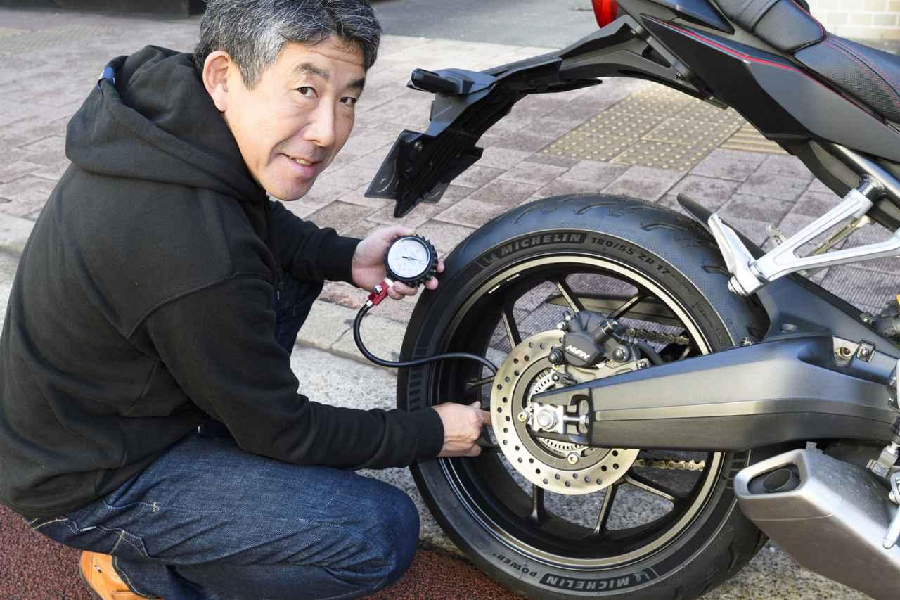 画像: ツーリングの出発前には車体の指定空気圧に合わせて調整。タイヤの魅力を知る上でも正しい空気内圧を維持することは大切。