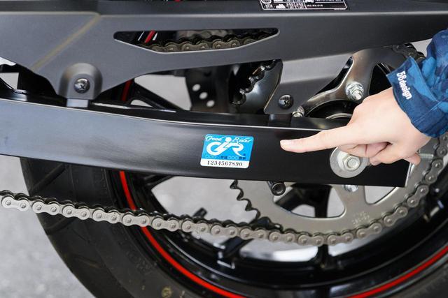 画像: 車体に貼ったこのステッカーが目印!