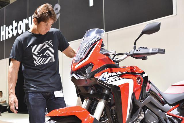 画像: 東京モーターショー2019で各部の細かい部分までチェックしていた伊藤真一さん。 www.autoby.jp
