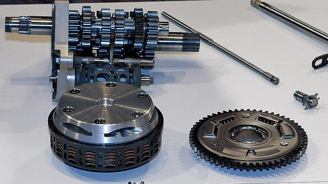 画像: 奥にあるのが、組み立てた状態のカセット式トランスミッション、その手前がクラッチアッセンブリ、右にあるのがプライマリードリブンギアである。