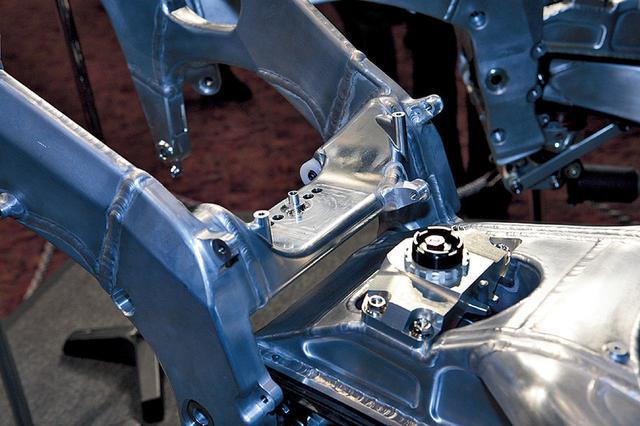 画像: スイングアームピボット付近の構造にも大きな違いがあり、左右を結ぶクロスメンバーが、薄く、幅が広く、両脇が盛り上がった形状になっている。