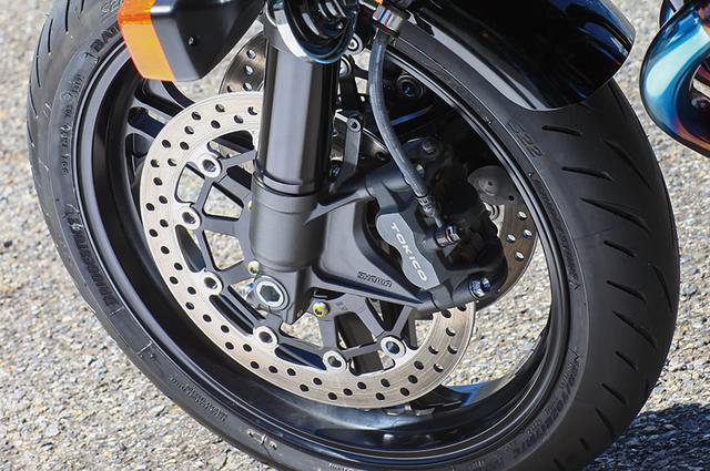 画像: タイヤはブリヂストンS22、φ43mm正立のフロントフォークや迫力あるアルミ角型スイングアームは、こちらもCB1100RS純正そのままだ。