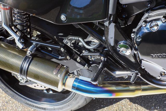 画像: 排気系はOVERレーシング製アップタイプ・チタンエキパイにカーボンパターンが目を引くマーベリック製ワンオフサイレンサーを装着。