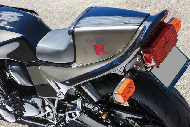 画像: ライダー側シートはスプリームシートなど高質シートで知られるトゥーズカスタムによって張り替え済み。