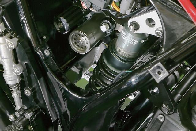 画像: フレームはピボット上部をカットしYZF-R6のリンクとナイトロンサスを収める。ピボットも通常型にすると同時に位置も前/下に移動しているのだ。