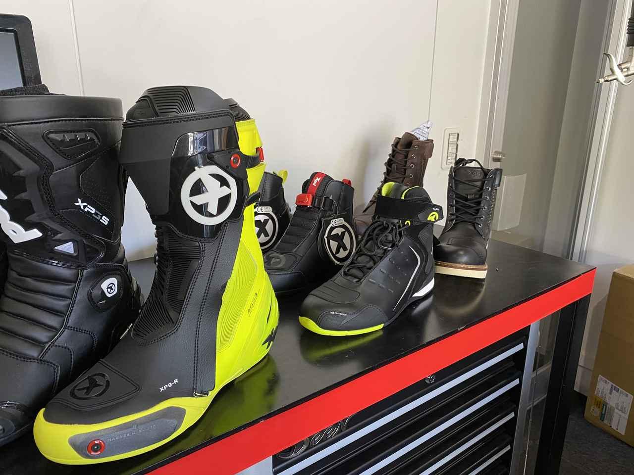 画像: XPDさんのブーツが並んでいます。 前にあるブーツやシューズのイメージが私は強かったので、後ろにあるブーツに釘付けでした!