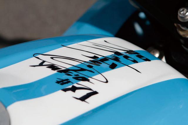 画像: フューエルタンクの上部には、加賀山選手直筆のサインが。表面はクリアコーティング済み。かなりのファンなのだ。