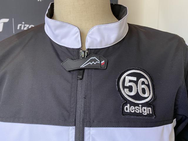 画像: ウェアの左胸に大きく56designロゴ、ファスナーの上にはクシタニロゴがあります。