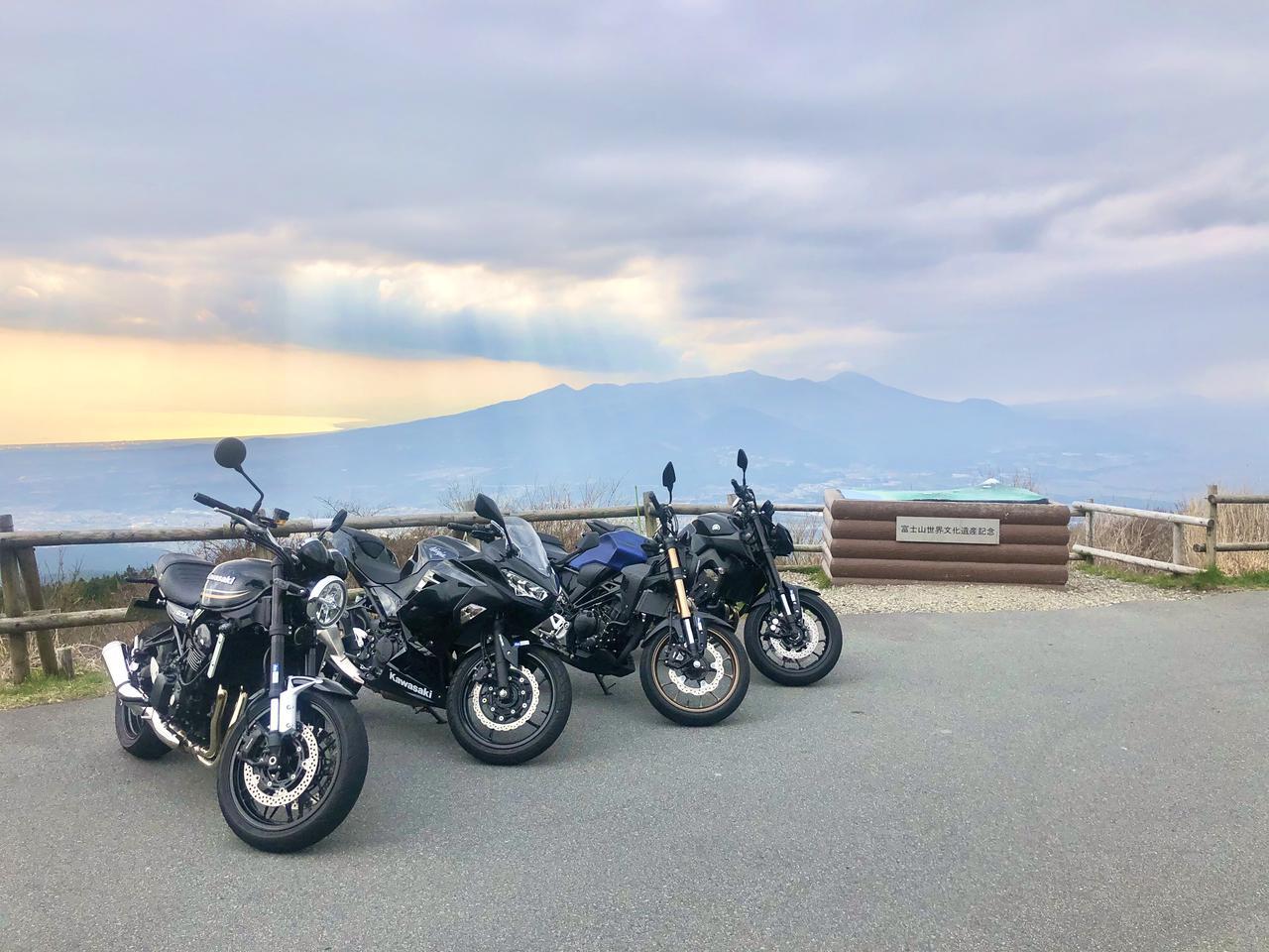画像: 三国峠でレンタルバイクを並べて撮影