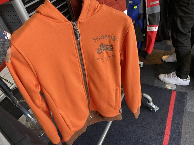 画像: オレンジ色のパーカーってなかなかないですが、色合いも可愛いくてファスナーにはチェッカーフラッグの様なデザインが♪