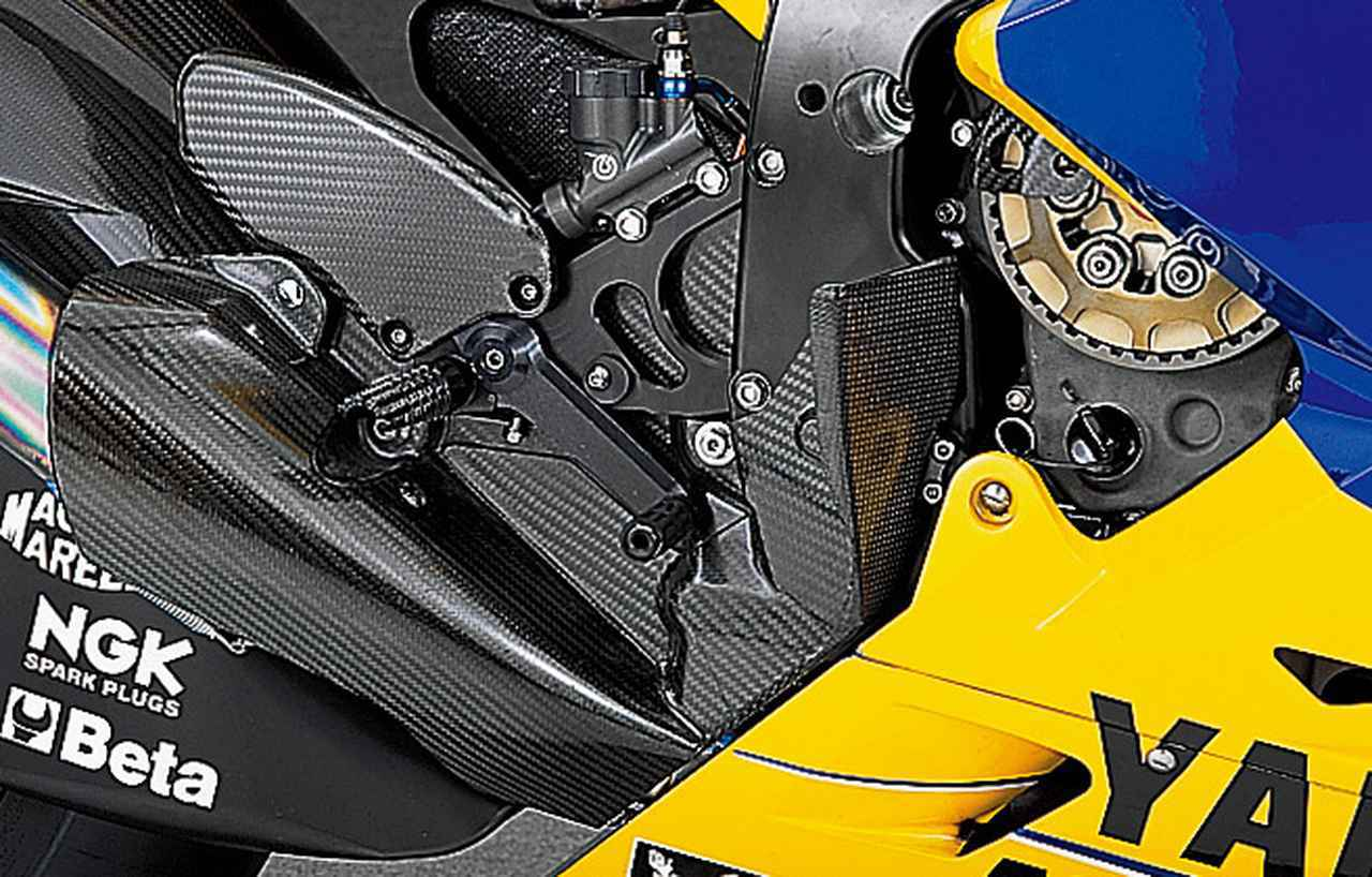 画像: ステップブラケットには、鋭利な突起のステップバー/短めのブレーキペダル/リザーバータンク一体型のマスターシリンダー/ドライカーボンのヒールガードがマウントされ、これら全体をプレートで囲み、クラッチやマフラーの熱を遮断している。