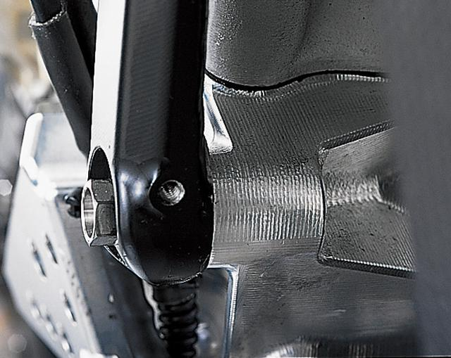 画像: クランクケース前側とエンジンハンガーの結合部分。シリンダー背後とブラケットの結合部分と比べ、こちら側は非常に強固な造り。